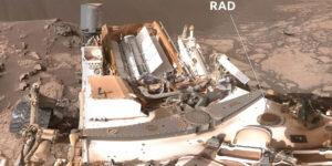 Selfie vozidla Curiosity s označením dozimetrického systému RAD