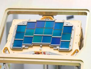 18 detektorů na inženýrském testovacím exempláři ohniskové roviny. Letový kus této ohniskové roviny s detektory bude umístěn do přístroje WFI (Wide-Field Instrument), který vytvoří ohromné snímky vesmíru s rozlišením skoro 300 megapixelů.