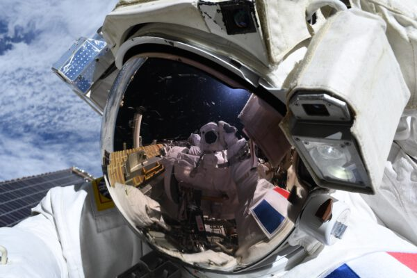 Selfie astronauta během druhého výstupu. Thomas byl potěšen tím, že napodruhé se vše vydařilo podle plánu. I když se vynořily nové výzvy, které bylo potřeba řešit, výsledek v podobě rozvinuté dvojice solárních článků potěšil. A co by to bylo za výstup do kosmu, kdyby to bylo jednoduché? Zdroj: flickr.com