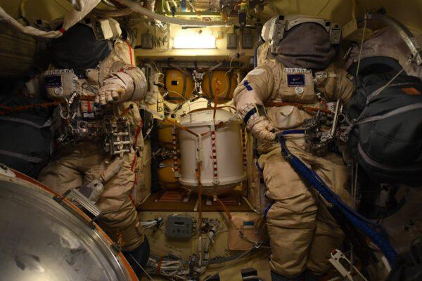 Naši ruští kolegové Pjotr a Oleg se chystají na výstup do volného kosmu. Tady je jejich brnění v klidu před bitvou. A vy jste na čí straně? Červené nebo modré? Zdroj: flickr.com