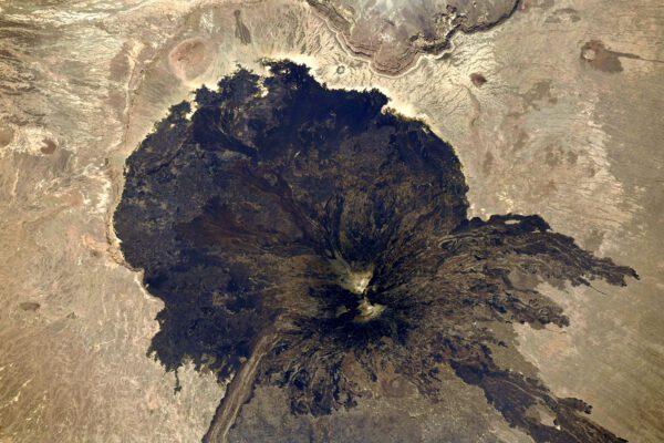 Asi 3300 metrů vysoká sopka Tarso Toussidé je tzv. stratovulkán (opakovaně vybuchující sopka, střídající výlevy lávy a vrstvy popela). Nachází se v Čadu a mě připomíná obrazec z Rorschachova testu (popis osobnosti podle významu, který vidíme v různých inkoustových skvrnách). Zdroj: flickr.com