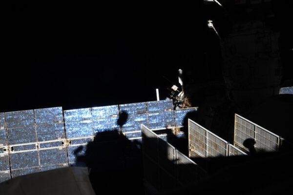 Ostré světlo dává snímku prostor. Zde vidíte stín modulu Cupola na fotovoltaice modulu Zvezda. Zajímavá hra všech odstínů modré a fialové. Zdroj: flickr.com