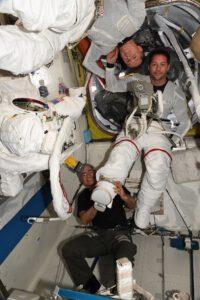Thomas Pesquet zkouší skafandr před plánovaným výstupem do volného kosmu. Zdroj: flickr.com