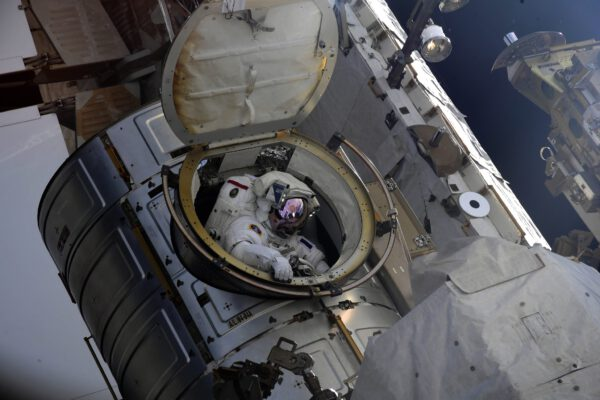 Opravdu krásný pohled na astronauta, který zrovna vylézá z útrob kosmické stanice. Snímek pořídil ruský kosmonaut Oleg Novickij. Je to vždy neuvěřitelná situace. Srdce se úplně rozbuší a vy prožíváte magické okamžiky. Zdroj: Roskosmos/Oleg Novickij/flickr.com