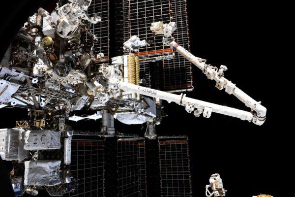 Momentka z druhého výstupu do kosmu v neděli 20. června 2021. Astronauti ztraceni u velkých solárních panelů vypadají opravdu působivě. Cílem bylo doinstalovat první panel a pokusit se nainstalovat i ten druhý. Zdroj: Roskosmos/O. Novickij/P. Dubrov/flickr.com