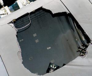 Otvor vzniklý na panelech tepelné ochrany po testovacím zásahu v průběhu pokusů při vyšetřování tragédie