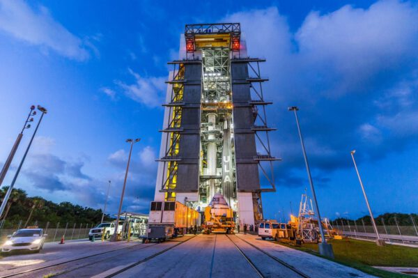 Starliner u vertikální integrační věže s raketou Atlas V