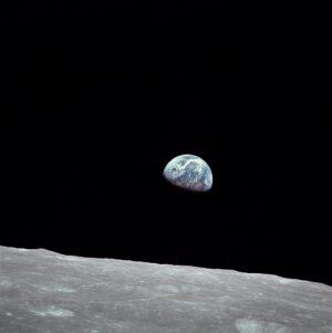 Východ Země nad Měsícem - nejznámější snímek z mise Apolla 8.