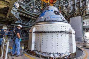 Starliner ve vertikální obslužné věži, již připojený k raketě Atlas V