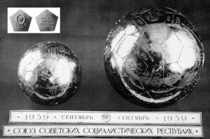 Koule s erby použité na Luně-2. Menší koule byla umístěna přímo na sondě, větší pak na třetím stupni rakety.