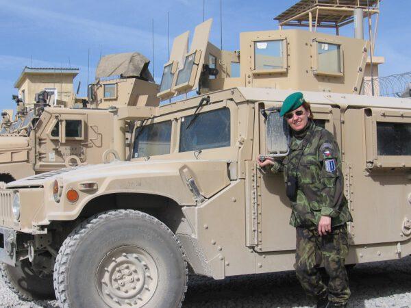 Plk. PhDr. Kateřina Bernardová v době, kdy působila jako vojenská psycholožka, vývojový a výzkumný pracovník, vedoucí expertních pracovišť v rámci Ozbrojených sil ČR. Afghánistán, Logar, léto 2010