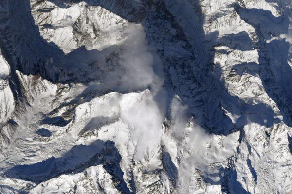 Přátelé mě vyzvali, abych vyfotografoval nejvyšší vrcholy světa. A já mám rád výzvy. Není to však tak snadné, protože velké město nebo ostrov lze z oběžné dráhy rozeznat velmi dobře. Zato vrcholky hor jsou jeden jako druhý. Ty nejvyšší navíc nejsou samy. Nachází se uvnitř zasněžených hřebenů pohoří a odtud nahoře je těžké říct, který je ten nejvyšší. Navíc se mi odsud zdají tak malé. Toto je Aconcagua v Andách v Argentině, nejvyšší vrchol Jižní Ameriky. Zůstaňte na příjmu, brzy se pokusím zachytit další. Zdroj: flickr.com