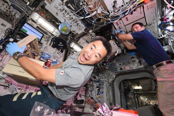 Thomas zde právě pracuje v laboratoři FSL (Fluid Science Lab). Ta je umístěna na stropě evropského modulu Columbus (jak praktické na ISS, kde využijete i strop a podlahu). Aki mi právě narušil snímek, když doslova vletěl před kameru a udělal grimasu (photobombing). Zde zrovna pracujeme na experimentu výroby pěny v mikrogravitaci. Na Zemi účinky gravitace nevyhnutelně vedou k odtoku pěny: kapalina je tažena směrem dolů, bubliny stoupají, ty větší nahrazují ty menší, poté prasknou, a tak pěna rychle zmizí a vzniká opět kapalina. Zde na ISS, osvobozeny od velké tíhové síly, tekutiny produkují mnohem více pěny a pěna je stabilnější než na Zemi. Dost na to, aby vědci mohli s přesností sledovat vývoj bubliny, která roste před prasknutím, a chování pěn obecně! Aplikace v každodenním životě sahají od potravinářského průmyslu po hygienické výrobky, včetně ochranných materiálů (před hlukem, nárazy). A jak vytvoříte na stanici pěnu? Jednoduše protřepáním zásobníků kapaliny. Zdroj: flickr.com