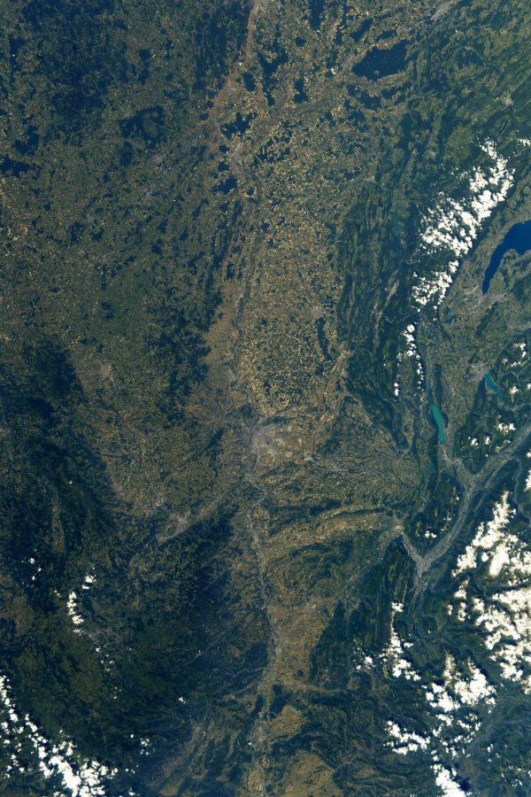 Na snímku je údolí Rhôny na jihu a Burgundska na severu. Fotografie zahrnuje prakticky celou trasu 10. etapy Tour de France z Albertville do Valence. Jak sám Thomas vzápětí dodává, Albertville samotné se možná do snímku o fous nevešlo. Jestli tam je, tak úplně vpravo uprostřed u kraje. Zajímavá je barva jezer – velkého Ženevského výše a menších Bourget a Annecy vpravo u středu fotky. Thomas si není jist, co za tím stojí, ale do značné míry by za tím mohla stát studená voda horských ledovcových řek, které mají nazelenalý odstín a dávají tutéž barvu menším jezerům oproti hlubokému velkému jezeru Ženevskému. Uprostřed snímku je poměrně dobře rozpoznatelné velké město Lyon. Thomas ještě dodává, že bude myslet na všechny účastníky závodu, až bude cvičit na rotopedu. Zdroj: Flickr.com