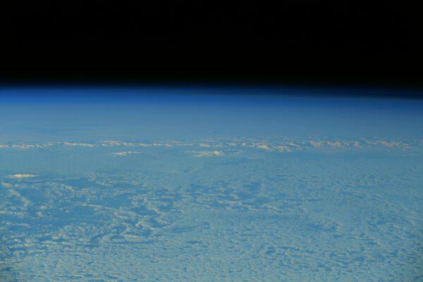 Zdá se vám, že to bílé na snímku jsou jen mraky? Ne, jsou to hory ledu! Megan si byla jistá, že viděla Antarktidu, a všichni jsme o tom pochybovali. Následujícího dne studovala naši trajektorii, aby vypočítala přesný okamžik, kdy se máme podívat z okna… a my ho spatřili! Antarktidu, zmrzlý pátý kontinent. Ještě nikdy jsem ji nefotil z vesmíru (koneckonců ani na Zemi). Vážně, myslel jsem si, že je příliš daleko od trasy našeho letu. Je nejméně obydlená: podobně jako Mezinárodní vesmírná stanice ji obývají pouze členové vědeckých expedic. Dobrá práce, Megan, a teď mám alespoň obrázky ze všech kontinentů :). Zdroj: flickr.com