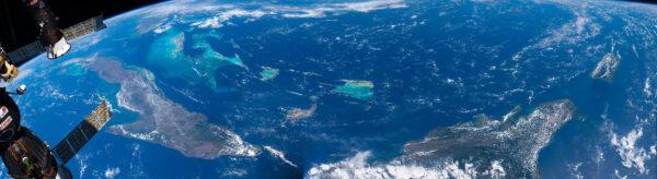 Nechci přehánět, ale Bahamy jsou prostě dokonalou předlohou pro pohlednici. Tedy pokud bychom takovou mohli poslat z ISS. V modulu Cupola se cítíte jak na dně lodi se skleněným dnem, když máte pod nohama tyrkysově modrou vodu… jen 400 km daleko. Před několika týdny jsem pořídil dvě různé verze fotografií této části světa. Zde je ta hodně širokoúhlá. Samozřejmě jde o panoramu mnoha fotografií pořízených při maximálním přiblížení. Takový můj nový nedělní koníček. K jeho složení mi pomohla posádka na Zemi. Je to náročné na čas, výpočetní výkon, a tím i energii. Zdroj: flickr.com