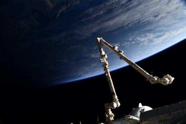 Canadarm-2. Toto je důležitá část vesmírné stanice: bez ní by byla montáž mnohem komplikovanější, ne-li přímo nemožná. Obvykle je řízena zevnitř stanice, například na při výstupech astronautů do volného kosmu, k zachycení nákladních lodí nebo k přesunu vybavení. Lze ji však ovládat také na dálku z řídícího centra v Kanadě nebo Houstonu. Díky tomu může pracovat, když spíme – například kontrolovat stanici zvenčí. Zdroj: Flickr.com