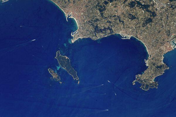 Zde se díváme na francouzské město Cannes, které právě hostilo další ročník slavného filmového festivalu. Na jih od něj vidíme Lérinské ostrovy a od nich vpravo je Antibeský mys (Cap d'Antibes). Hned bych tam vyrazil na dovolenou :) Mám na zdejší pláže příjemné vzpomínky, protože právě zde jsem udělal své první profesionální kroky v Thales Alenia Space (leží právě v Cannes při pobřeží moře). Už se zde začaly stavět první části připravované stanice u Měsíce – Gateway. Zdroj: flickr.com