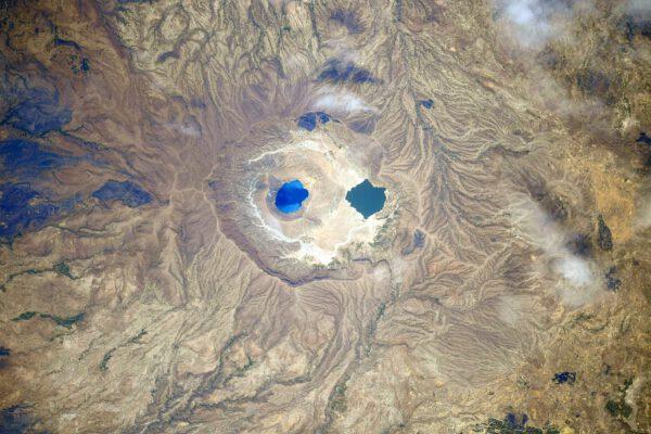 Někde mezi Súdánem a Čadem se tato dvě jezera posazená ve skalní pánvi zdají velmi izolovaná od civilizace. Nevím, mě to teď připomíná vejce na misce, asi proto, že je čas oběda… a my máme nárok jen na vejce v prášku. (Na snímku je ve skutečnosti tzv. kaldera, tedy propadlý kráter sopky. Nazývá se Deriba. Oficiálně leží v Súdánu a na jejím okraji dokonce leží měšita). Zdroj: Flickr.com
