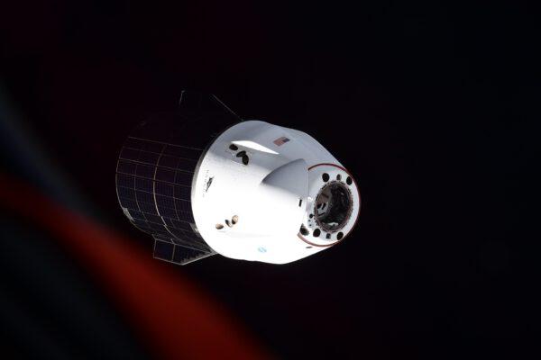 Drak odlétá. Nákladní verze Cargo Dragon ukončila svou misi CRS-22 u ISS. Byla tu s námi jen asi měsíc (33 dní), ale má důležitou úlohu – doveze více než dvě tuny vzorků a dalšího materiálu ze stanice zpět na Zemi. Vše proběhne automaticky až po samotné dosednutí na moři. (Loď přistála 10. 7. 2021). Zdroj: flickr.com