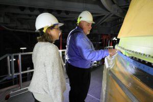 Vedoucí programu SLS John Honeycutt a vedoucí programu Orion Cathy Koerner u sešroubovaných spojovacích desek centrálního stupně a adaptéru LVSA