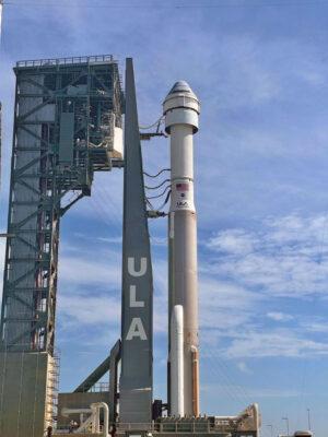 Atlas V s lodí Starliner již byl vyvezen na startovní rampu.