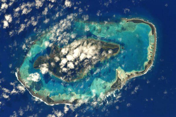 Raivavae je atol v souostroví Austral Islands patřící do Francouzské Polynésie. Uprostřed prázdnoty Pacifiku najdete takovéto malé kousky pevniny. Užijte si ten krásný pohled na ně z výšky 400 km. Zdroj: Flickr.com