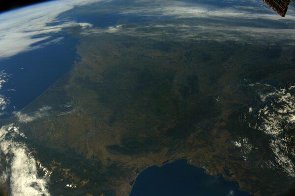 Chcete-li vyfotografovat celou pevninskou Francii z nadmořské výšky 400 km, potřebujete být od ní trochu dál. Například tady při přeletu nad Středozemním mořem. Snímek vznikl k 14. červenci, kdy zde slaví svátek vzniku republiky (dobytí Bastily 1789). Zdroj: flickr.com