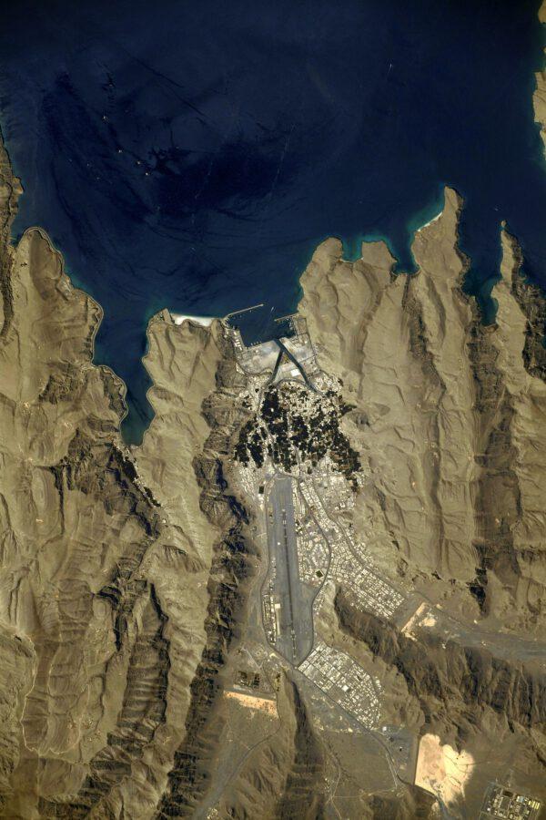 Hormuzský průliv: letiště obrácené k moři, uvnitř zubatého údolí. Nechtěl bych být v roli pilota, který zde přistává po poruše motoru. Ale já jsem teď astronaut a tak jsem na tom lépe – my přistaneme jednodušeji – prostě otevřeme padák a dosedneme :) Zdroj: flickr.com