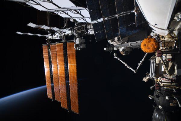 Na snímku vidíme velké panely fotovoltaických článků, které nabývají během západu Slunce krásně červených odstínů. Vpravo vidíme Sojuz MS-18 připojený k modulu Rassvět. Zdroj: Flickr.com