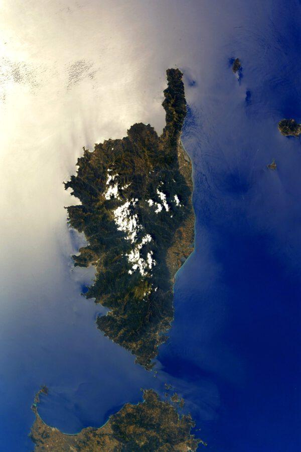 Majestátní Korsika. Ačkoli je blíže italským břehům, patří Francii. Když jsem se jako malý díval na mapy, zdálo se mi, že je nějakých 200 m od Nice 😊 A Jaké bylo mé překvapení, když jsem zjistil, že má blízkou sestru, Sardinii, hned vedle na jihu. Tato fotografie dokonale ilustruje to, co astronauti milují na fotografiích z vesmíru: krajina rozpoznatelná na první pohled, fotografovaná téměř z nadhledu a s krásným odrazem slunce v moři. Zdroj: Flickr.com