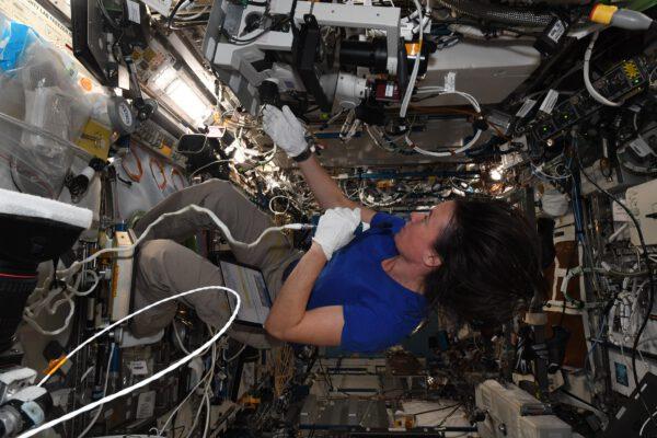 Co myslíte – pracuje Megan na stropě Pod tímto úhlem to vypadá, jakoby vzápětí vše spadlo dolů 😊 Používá mikroskop pro experiment růstu proteinových krystalů (Protein Crystal Growth). Pokud vám název něco připomíná, je to pravděpodobně proto, že jsem na něm již také pracoval. Stává se docela často, že řídící středisko naplánuje astronautovi přípravu experimentu, dalšímu spuštění a třetímu shromáždění výsledků. Týmová práce je základním kamenem práce na ISS! Megan drží v ruce mikrofon, který nám umožňuje neustále komunikovat se zemí spojení je zásadní, protože ve skutečnosti se hlavní vedení projektu nenachází na ISS, ale tam dole na Zemi. Sbíhají se zde všechny informace a data. A co s proteinovými krystaly Mikroskop se používá ke kontrole jejich růstu v téměř nulové gravitaci. Jejich struktury jsou zde pravidelnější, takže lékaři a vědci doufají, že z toho dokážeme vyrobit ultra přesné léky, které zacílí na přesná ohniska nemocí (asi jako klíče, které zapadnou jen do určitých zámků). Zdroj Flickr.com