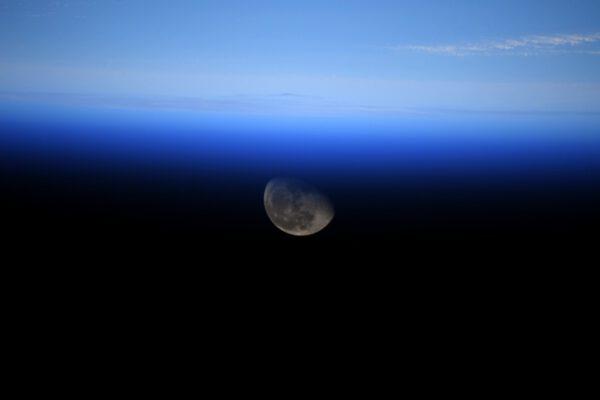 """Okna Cupoly jsou zvnějšku chráněna """"okenicemi"""" proti poškrábání, přesto jsou docela poškrábaná (neopatrnými astronauty, když o ně zavadí svými fotoaparáty). Jedno z nich je ještě docela málo poškrábané. O to víc jsem byl potěšen, když jsem v něm spatřil Měsíc! Přestože se od Země každoročně vzdaluje asi o 4 cm, je k nám pomyslně stále blíž, jak se k němu chystají výpravy s lidskou posádkou. Zdroj: flickr.com"""