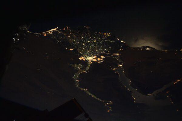 Luxusní pohled (bez váhání potvrzujeme Thomasovo pojmenování snímku). V noci dobře rozpoznatelná řeka Nil a jeho delta vypadá prostě přepychově. Jen málokterý tvar rozpoznáte z vesmíru stejně snadno. Úžasné na snímku je sledovat, jak světla kolem toku řeky směřují k moři nasvícenému svitem Měsíce. Osvětleno je také Rudé moře a jezero Bardawil. Zdroj: flickr.com