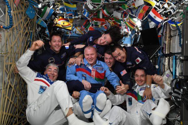 Na snímku vidíme účastníky vesmírných olympijských her – dole posádka Sojuzu MS-18: Mark Vande Hei (USA), Oleg Novickij a Pjotr Dubrov (Rusko); nahoře posádka Crew Dragonu Endeavour mise Crew-2: Thomas Pesquet (Francie), Katherine Megan McArthur(ová) a Robert Shane Kimbrough (USA) a Akihiko Hošide (Japonsko). Zdroj: Flickr.com