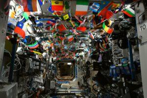 Vlajky všech zemí světa zdobily strop laboratoře Destiny během vesmírných olympijských her. Zdroj: Flickr.com