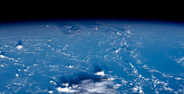 Oblaka a jejich stíny spolu se zakřivením Země v pozadí: naše planeta je neuvěřitelně krásná. Podle toho, zda použijete objektiv s běžným ohniskem, nebo teleobjektiv, může se stát, že zakřivení zeměkoule už ani nemusí být patrné (ale vysvětlujte to placatozemcům, že? 😊). Zdroj: flickr.com
