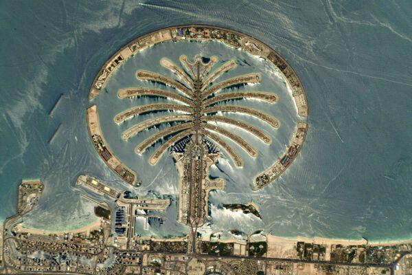 Pohled na palmový ostrov Džumeira (Palm Jumeirah) nám připomíná paradoxy města Dubai ve Spojených arabských emirátech, kde vznikají ostrovy v moři (dalo by se říci bez ohledu na místní ekosystém a další obtíže, které taková výstavba přináší). Za necelých sto dní proběhne v Dubaji světová výstava Expo 2020 (další paradox dnešní doby, odklad o rok). Palmové ostrovy () se zde staví postupně a Jumeirah je už dávno hotový jako první. Stal se ikonickým objektem snímků z ISS. Také Thomas jej zachytil už v roce 2017 při své první misi na ISS zvané Proxima. Porovnání obou snímků nabízí web ESA: https://www.esa.int/ESA_Multimedia/Images/2021/06/Dubai_palm_island_Alpha. Zdroj: flickr.com