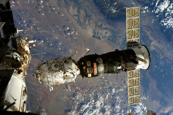 Progress MS-16 odnáší od stanice modul Pirs. Ten byl připojen bez dvou měsíců 20 let. Přitom původní plán byl asi pět roků. Přílet modulu Nauka se ale výrazně opozdil. Zdroj: flickr.com