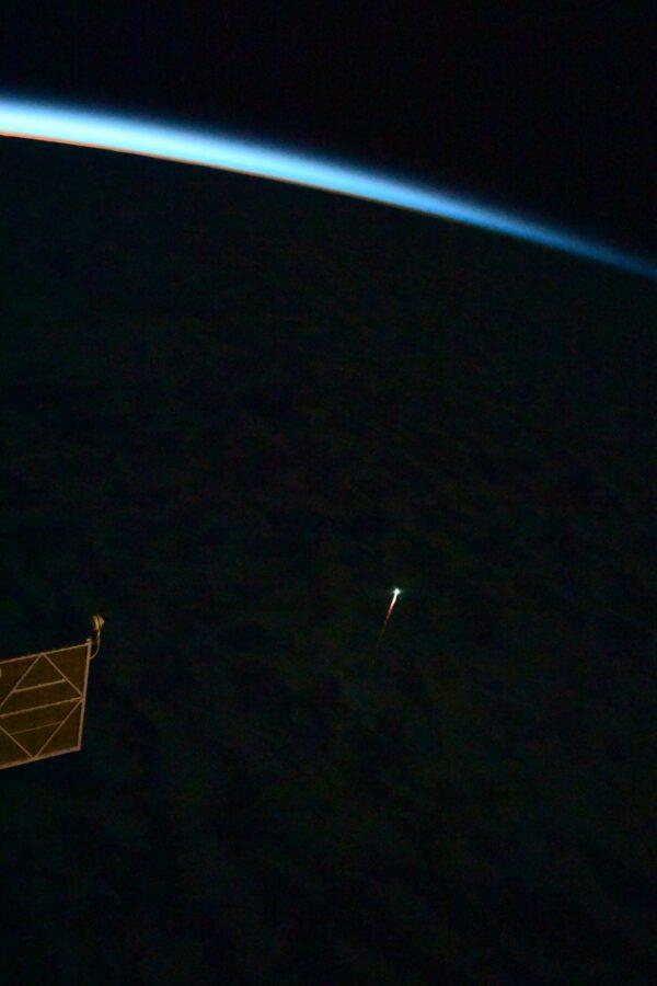 Ohnivá stopa zanikající nákladní lodi Progress MS-16 a modulu Pirs nad Tichým oceánem těsně před svítáním na ISS. Zdroj: flickr.com
