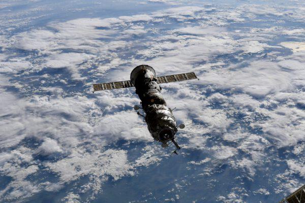 """Progress MS-16 s modulem Pirs odlétají od ISS. Kolega z redakce Mirek Pospíšil k tomu trefně poznamenal: """"Za pár let to bude pěkná hádanka – jaká verze 'prodlouženého Sojuzu' je na obrázku? :-D"""". Zdroj: flickr.com"""