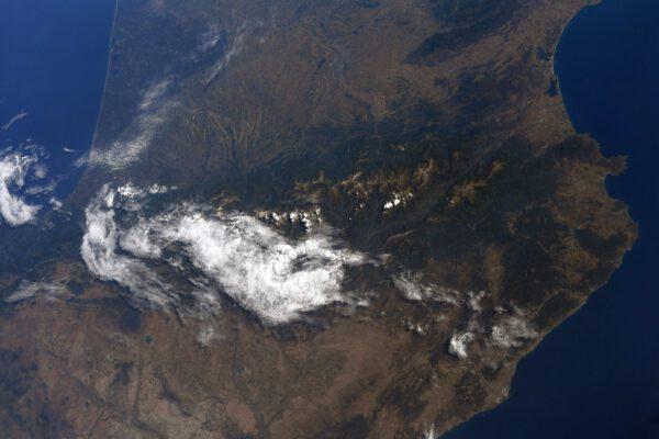 Vidíte to pohoří nahoře vylézající zpoza jasně bílých oblak? To jsou Pyreneje na hranicích mezi Francií a Španělskem. Nachází se tam i malý stát Andorra. Právě tam opět zavítala i karavana Tour de France. Astronauti a cyklisté mají spoustu společného, například skutečnost, že se naše potravinové dávky jsou měřeny přesně danými dávkami kalorií. Také nás sledují ze všech úhlů a měří naše výkony na našem kole – ergometru. Princip je jednoduchý: připojíte elektrody a dýcháte se zařízením měřícím přesné množství kyslíku… a můžete vyrazit: stále se zvyšuje odpor pedálů, dokud nebudete schopni pokračovat…. Jeden vtipný rozdíl tu je: cyklisté na Tour musí držet ruce na řídítkách, zatímco naše ruce zůstávají volné! Zdroj: flickr.com