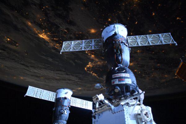Noční snímek nákladní lodi Progress MS-16 předtím, než odletěla spolu s modulem Pirs vstříc hustým vrstvám atmosféry, aby uvolnila místo modulu MLM-U Nauka. Zdroj: flickr.com