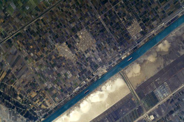 Věřím, že ani u tohoto snímku nezaváháte v určení místa. Ano jde o Suezský průplav, na kterém závisí velká část evropského obchodu, jak jsme se přesvědčili, když jej 23. až 29. března 2021 ucpala loď Ever Given. Zdroj: Flickr.com