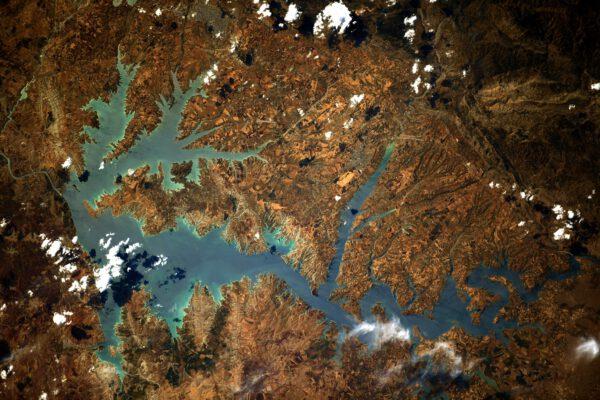 Krásné jezero na okraji Turecka. Podle vzhledu je prakticky jisté, že nejde o přírodní nádrž, ale o umělé vodní dílo. Příroda má tendenci zaoblovat hrany jezer, zatímco člověkem zatopená údolí jsou zubatá. Přehrady představují vynikající zdroj obnovitelné energie a poskytují vodu pro zavlažování. Mohou mít také velmi zásadní vliv na obyvatele v jejich okolí i v sousedních zemích. Pouhá skutečnost, že je lze vidět z vesmíru, ukazuje obrovský dopad, který mají na Zemi. Dodejme, že jde o Atatürkovu nádrž. Co by si asi o dnešním Turecku pomyslel Mustafa Kemal, s pozdějším přízviskem Atatürk, Otec Turků, a zakladatel moderního evropsky orientovaného Turecka? Zdroj: flickr.com