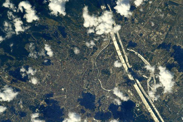 Skokem, jaký je možný jen na palubě vesmírné stanice se dostáváme do dalšího hlavního města Evropy. Na krásném modrém Dunaji se nachází Vídeň, napsal kdysi Johann Strauss ml. (že tuto skladbu neznáte? Pusťte si ji a možná budete překvapeni). Že by nám Strauss lhal, ptá se Thomas? V odrazu Slunce je Dunaj úplně světlý. Kdo by poznal, že jde o hlavní město Rakouska? Všem romantikům, kteří se zasnili, jak jsou unášeni tóny klasické hudby na břehu Dunaje, se Thomas omlouvá. Zdroj: flickr.com