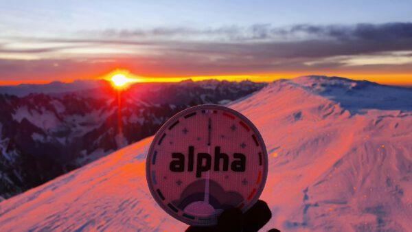 Plaketu mise Alfa (to je ta, která právě probíhá) vzal na vrchol Mont Blancu Thomasův sportovní trenér a vyfotografoval ji působivě při západu Slunce. Název odkazuje na hvězdu Alfa Centauri a jistě víte, že jde o blízkou hvězdu, hned po Proximě, která v překladu znamená nejbližší a nachází se 4,22 světelného roku od nás. První Thomasova mise na ISS nesla mimochodem název Proxima. Hvězda Alfa Centauri je ve skutečnosti tvořena dvojicí hvězd podobně velkých, jako Slunce. Alfa Cen A je nazývána Rigil Kentaurus a druhá složka Alfa Cen B se nazývá Toliman. Dohromady tvoří třetí nejjasnější hvězdu oblohy po Siriovi a Canopovi. Proxima Cen je červený trpaslík. Na obloze tedy září jako hvězda asi 11. velikosti a je proto viditelná pouze dalekohledem. Zdroj: Flickr.com