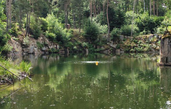 Bóje prozrazuje umístění habitatu ve 13 metrech pod vodní hladinou