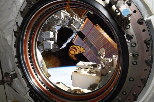 Oslavy jsme díky našim instruktorům ze SpaceX mohli doplnit také o speciální nášivku v podobě croissantu. Příští svátek bude, jak jinak, v japonském stylu. Zdroj: flickr.com