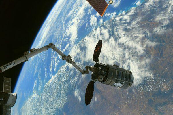 Měj se, Cygnusi! Děkujeme za všechny zásoby, které jsi nám dovezl. A ještě víc děkujeme, že jsi odvezl naše odpadky 😉 Nákladní loď Cygnus NG-15 zakotvila na stanici dlouho předtím, než jsem 22. února dorazil na palubu. Pravidelně jste ji vídali na mých fotkách. Dnes je pryč. Ještě, než spolu s naším odpadem shoří v atmosféře, zařídí nějaké experimenty. Zdroj: Flickr.com